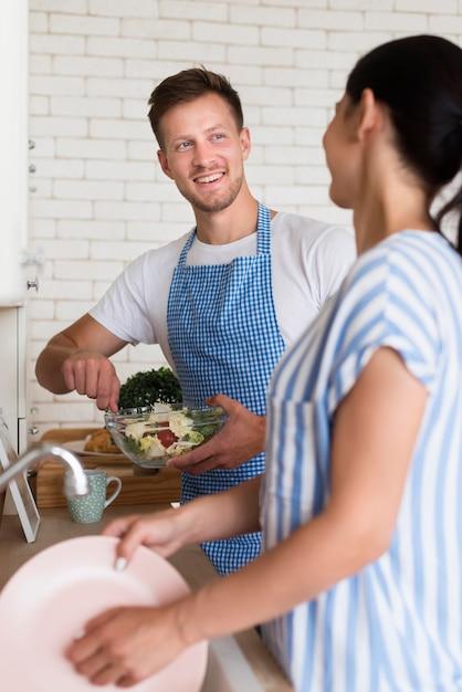 キッチンでのミディアムショットのカップル 無料写真