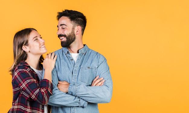 Средний выстрел пара смотрит друг на друга Premium Фотографии