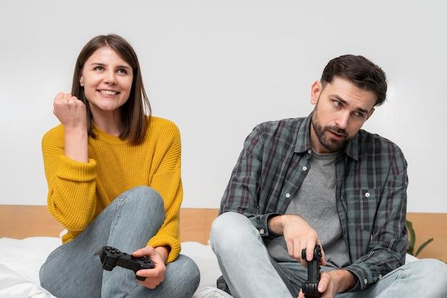 ゲームをしているミディアムショットのカップル 無料写真