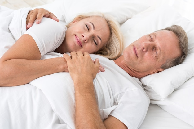 Medium shot couple sleeping together Free Photo