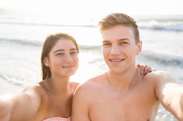 Пара среднего кадра, делающая селфи Бесплатные Фотографии