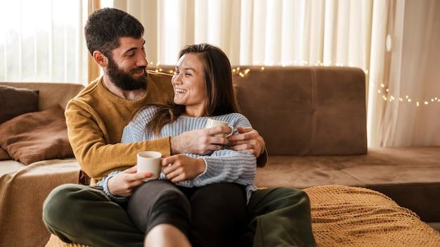 커피 컵과 중간 샷 커플 무료 사진