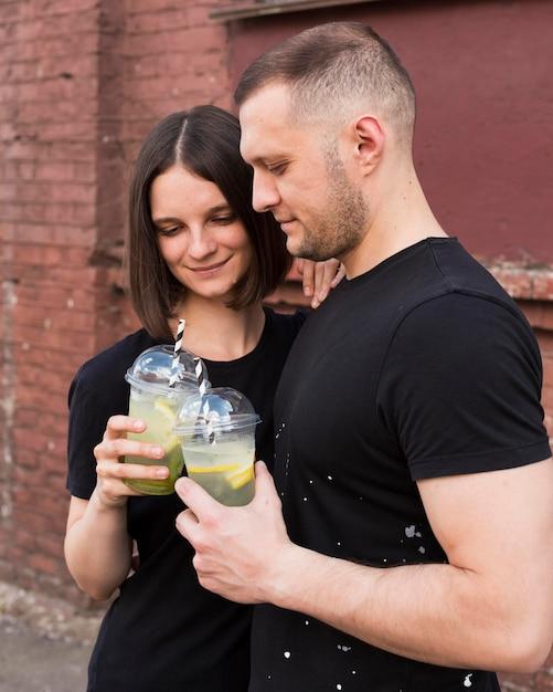 Пара среднего выстрела с напитками Бесплатные Фотографии