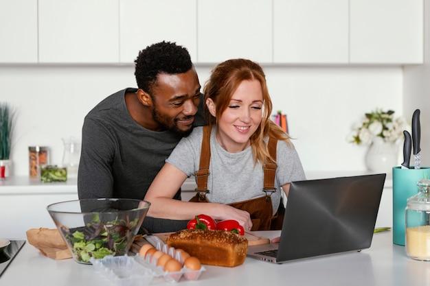 ノートパソコンとミディアムショットのカップル 無料写真