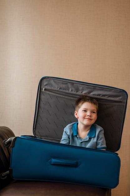 짐에 누워 중간 샷 귀여운 아이 무료 사진