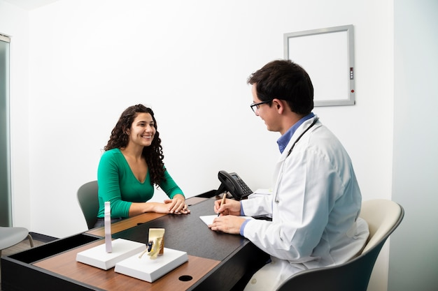 Medium shot doctor writing a prescription Free Photo