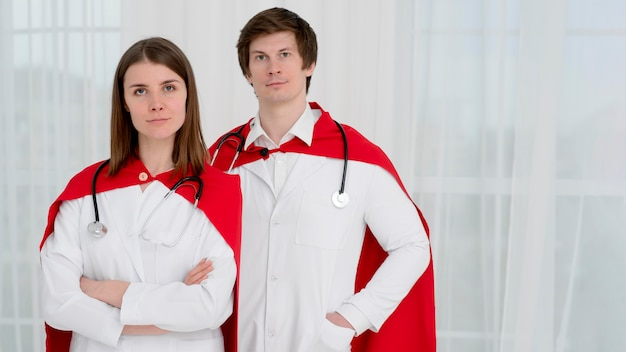 Dottori in tiro con mantelle Foto Gratuite