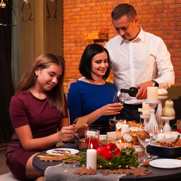 感謝祭の食事でミディアムショットの家族 Premium写真