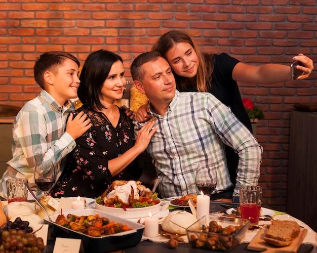 Семья среднего кадра, делающая селфи Premium Фотографии