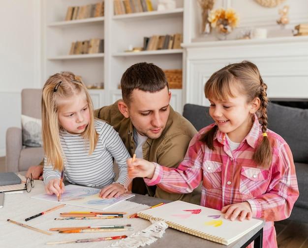 Средний план отец и девочки Бесплатные Фотографии