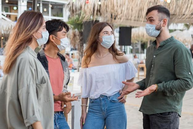 Amici di tiro medio che indossano maschere Foto Gratuite