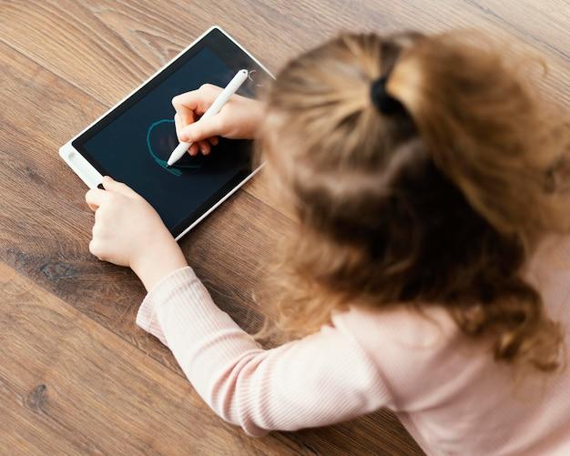 Девушка среднего выстрела, рисунок на планшете Бесплатные Фотографии