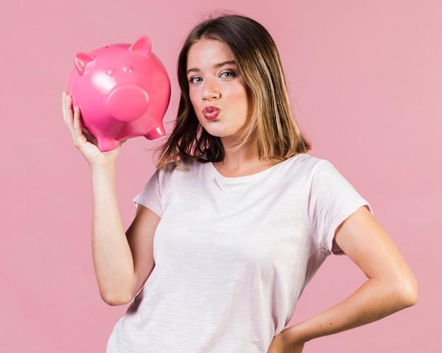 大学生でバイト代を貯金する女性