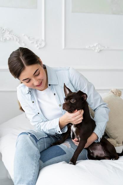 Cane petting ragazza colpo medio Foto Gratuite