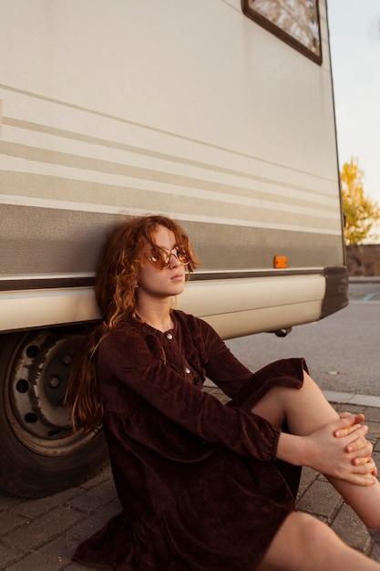 屋外でポーズをとるミディアムショットの女の子 無料写真