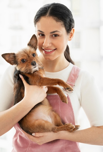 Ragazza del colpo medio che posa con il cane Foto Gratuite
