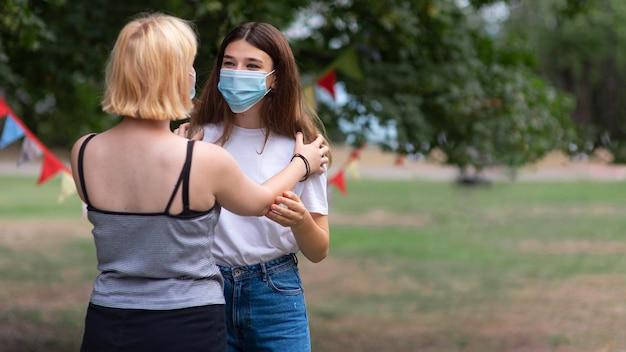 Девушки среднего роста в масках Бесплатные Фотографии