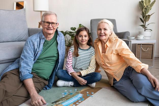 Средний план бабушка и дедушка и ребенок Бесплатные Фотографии