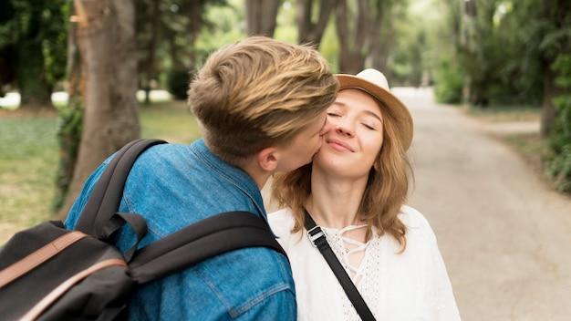 ミディアムショットの男が少女の頬にキス 無料写真