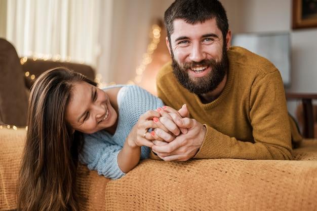自宅でミディアムショットの幸せなカップル 無料写真
