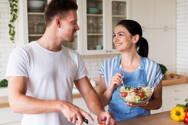 ミディアムショットのキッチンで幸せなカップル 無料写真