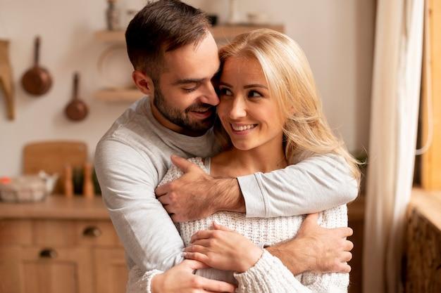 Средний снимок счастливая пара на кухне Бесплатные Фотографии