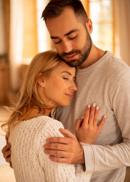 Средний снимок счастливая пара в помещении Бесплатные Фотографии