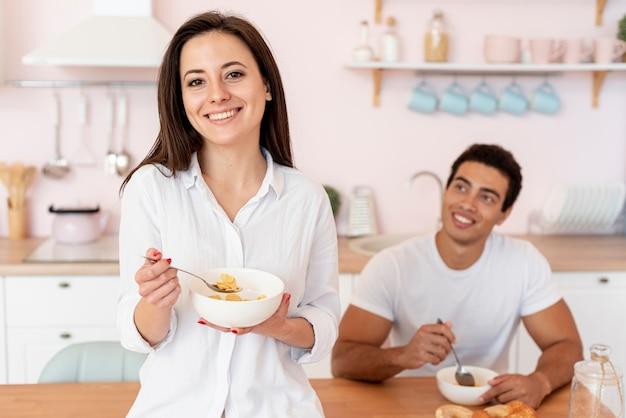 Medium shot happy couple in the kitchen Free Photo