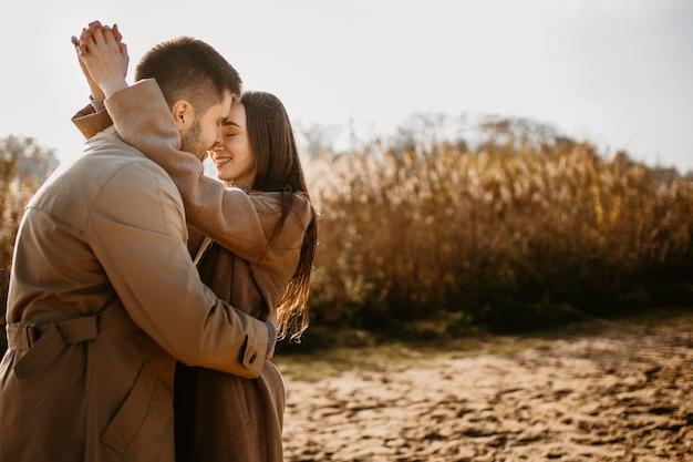 Средний снимок счастливая пара на открытом воздухе Бесплатные Фотографии