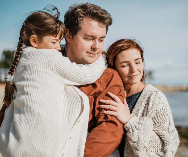 Счастливая семья среднего размера на пляже Premium Фотографии