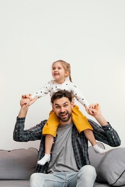 Padre e figlio felici del colpo medio Foto Gratuite