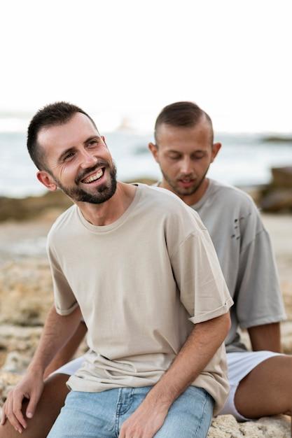 ミディアムショットの幸せな同性愛者のカップル 無料写真
