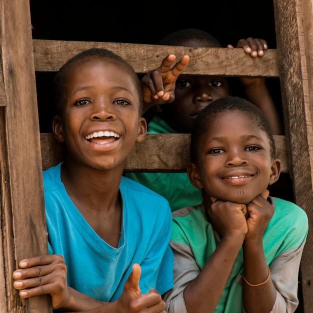Bambini felici del colpo medio in posa Foto Gratuite