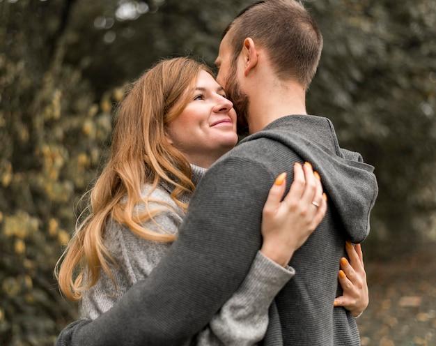 중간 샷 행복 함 파트너 포옹 무료 사진