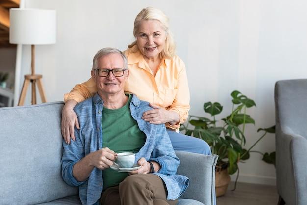 ミディアムショット幸せな引退したカップル 無料写真