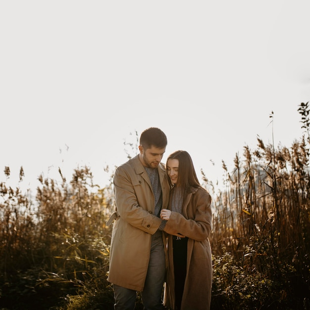 Coppia romantica felice colpo medio Foto Gratuite