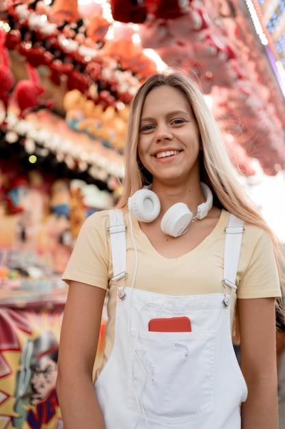 Ragazza adolescente felice del colpo medio in posa Foto Gratuite
