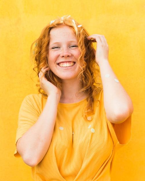 Средний снимок счастливая женщина позирует Бесплатные Фотографии