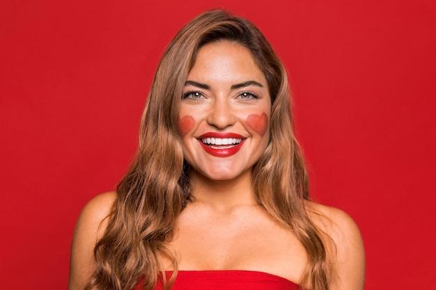 빨간 립스틱을 입고 중간 샷 행복 한 여자 무료 사진