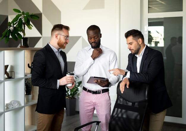 Medium shot of interracial employees Free Photo