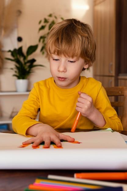 Средний выстрел ребенок рисует руку Бесплатные Фотографии
