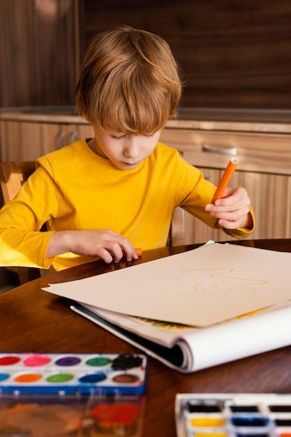 Средний выстрел ребенок держит маркер Бесплатные Фотографии