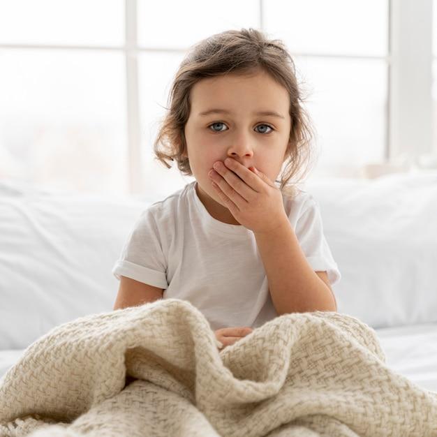 毛布でミディアムショットの子供 無料写真