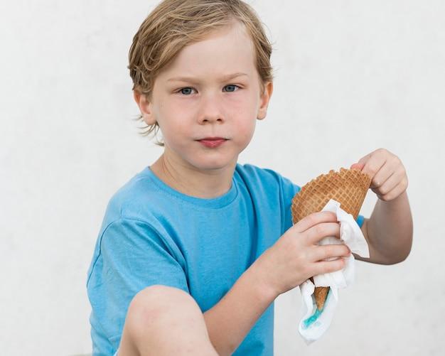 Ragazzo a tiro medio con gelato Foto Gratuite