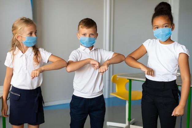 Colpo medio per bambini con il gomito che urta Foto Gratuite