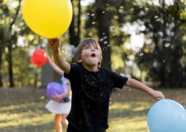 屋外で遊ぶミディアムショットの子供たち 無料写真