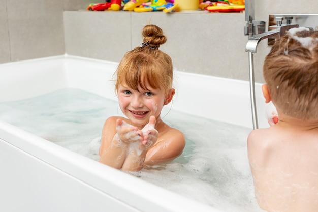 Bambino Nella Vasca Da Bagno.Colpo Medio Bambini Seduti Nella Vasca Da Bagno Foto Gratis