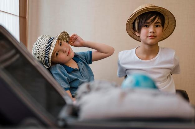 Bambini dal tiro medio con vestiti piegati Foto Gratuite