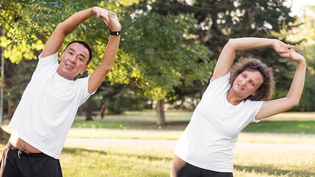 Тренировка мужчин и женщин среднего уровня Бесплатные Фотографии