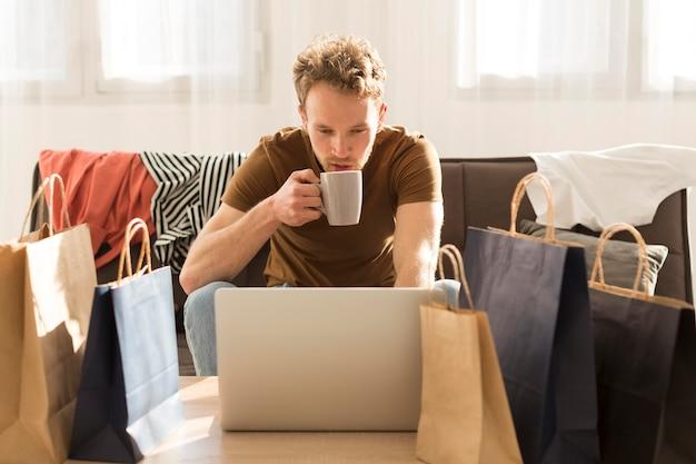 Uomo del colpo medio che beve caffè Foto Gratuite